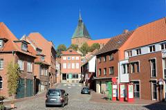 Blick vom Möllner Mühlenplatz zur Altstadt und der St. Nicolaikirche der Stadt.