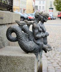 Bronzefiguren NIX und NIXE als Wasserleiter an der Wasserkunst Wismar auf dem Marktplatz der Hansestadt.