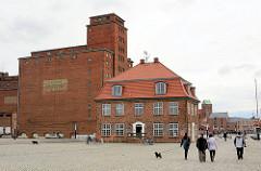Industriearchitektur - Architekturstile unterschiedlicher Epochen - Speichergebäude und Baumhaus Alter Hafen Hansestadt Wismar.
