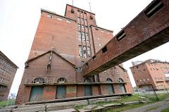 Stillgelegtes, verlassenes Silogebäude / Speichergebäude im Hafengebiet der Hansestadt Wismar - Industriearchitektur, Ziegelbau.