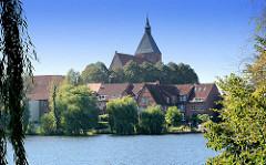 Blick über den Schulsee in Mölln zur Möllner Altstadt und der historischen Sankt Nicolai Kirche.