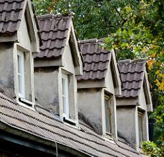 Dachfenster eines verputzten Wohnhauses in Wismar.