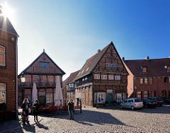 Marktplatz der Eulenspiegelstadt Mölln - lks. das Eulenspiegelmuseum - Kopfsteinpflaster - historische Fachwerkhäuser in der Altstadt Möllns.