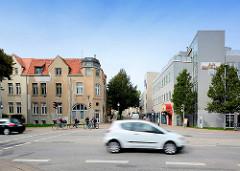 Neu und Alt - moderne Architektur, historische Wohnhäuser - Hansestadt Wismar.