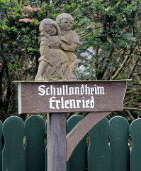 Geschnitztes Holzschild - Hinweisschild, Junge / Mädchen - Schullandheim Erlenried in Grosshansdorf.