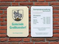 Schild Gemeinde Großhansdorf mit Wappen - silberner Reiter auf goldenem Dreiberg - Öffnungszeiten Gemeindeverwaltung.