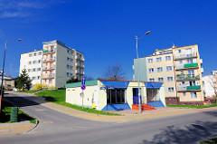 Moderne mehrstöckige Wohnblocks, farbige Fassade kleine Einzelhandelsgebäude in Międzyzdroje / Misdroy (Polen).