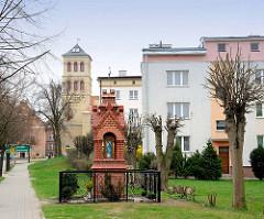 Kleine Kapelle aus Ziegelsteinen - Andachtsbild, Marienfigur in Dobre Miasto / Guttstadt, Polen.