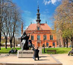 Denkmal für den Astronomen Johannes Hevelius vor dem Altstädter Rathaus in Danzig.