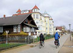 Strandpromenade Ostseeinsel Usedom - Ostseebad Heringsdorf - Gemeinde Dreikaiserbäder; Fahrradfahrerin.