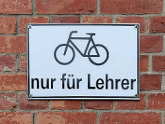 Schild Fahrradparkplatz nur für Lehrer - Lilienthalgymnasium in Anklam.