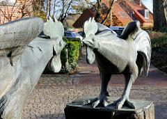 """Metallskulptur  """"Streithähne"""" - streitende Hähne vor dem Amtsgericht Bad Segeberg."""