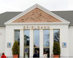 Eingang Spielbank Ostseebad Heringsdorf - Tympanon des Kulturhauses, tanzendes Paar.