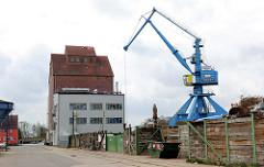 Speichergebäude und Kran - Hafen von Anklam an der Peene.