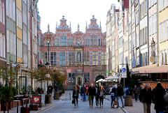 Fassade vom Grossen Zeughaus in Danzig, um 1600 erbaut; Bürgerhauser - Strassencafés in der Altstadt von Danzig.