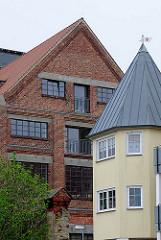 Alt + Neu; Neubauten und historische Architektur; Schlossinsel in Wolgast - historische Industriearchitektur - modernes Wohnhaus mit Balkons und Turm.