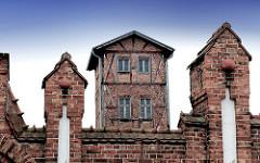 Altes Backsteingebäude - Profanarchitektur; Fachwerk mit Ziegeln gemauert - Ziegelmauer.