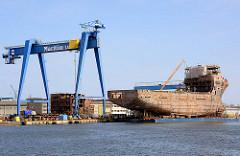 Schiffsneubau - Werft in Danzig / Gdansk; Rohbau vom Schiffsrumpf im Schwimmdock.