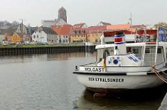 Museumshafen Wolgast - Fahrgastschiff Der Stralsunder am Kai - im Hintergrund das Hafenpanorama von Wolgast und dem Kirchturm der Petrikirche.