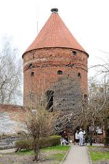 Befestigungsturm - alte Stadtmauer in Dobre Miasto / Guttstadt, Polen - Storchenturm mit Storchennest auf der Spitze.