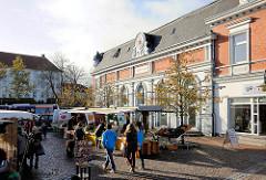 Historische Architektur in Bad Segeberg - Rehder-Haus, erbaut 1910; Wochenmarkt - Marktstände.