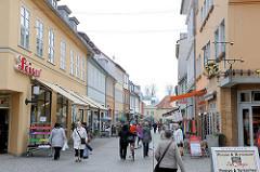 Fussgängerzone, Einkaufsstrasse Schuhagen in der Hansestadt Greifswald. Einzelhandelsgeschäfte - Passanten.