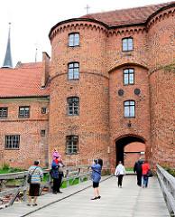 Eingang Domburg / Wehranlage - Holzbrücke über den Graben - Touristen fotografieren - Frauenburger Dom / Kathedrale Frombork - gotischer Backsteinarchitektur,