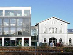 Alter Bahnhof, Bad Segeberg - stillgelegt und privat genutzt; historische Architektur + Neubau; alt und neu.
