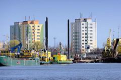Hochhäuser in Danzig / Gdansk am Danziger Hafen - Arbeitsschiffe am Wasser.