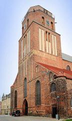 Kirchturm der St. Petrikirche in Wolgast; zwischen 1280 und 1350 im gotischen Stil erbaut.