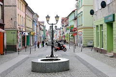 Geschäftsstrasse / Fussgängerzone in 4545 Historische Gebäude, unterschiedlicher Architekturstil am Marktplatz von Darłowo / Rügenwalde, Polen.