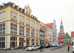 Unterschiedliche Architekturstile, Baustile in der Hansestadt Greifswald - AM MARKT; im Hintergrund der Dom St. Nikolai.