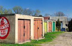 Garagen mit farbigen Holztoren - Haus mit Wellblechdach; Bilder aus Trzebiatow / Treptow an der Rega.