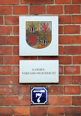 Schild am Gerichtsgebäude Domstrasse von Greifswald - Grosses Landeswappen Wappen Mecklenburg-Vorpommern; Landesverfassungsgericht.