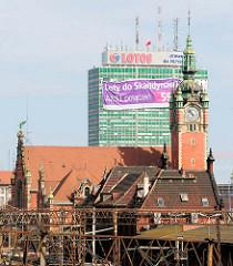 Danzig Hauptbahnhof - Gdańsk Główny; erbaut 1900, Baustil / Architekturstil Neurenaissance. Hochhaus mit Werbung im Hintergrund; neu + alt.