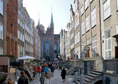 Frauengasse (Ul. Mariacka) in Danzig, die enge Strasse liegt zwischen Marienkirche und Uferpromenade - schmale Häuser mit reich geschmückten Bürgerhäusern - Beischlägen, vor der Haustür gelegene Terrassen.