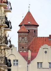 Türme der alten Ordensburg in  Lidzbark Warmiński / Heilsberg. Balkons und Hausfassaden von Wohngebäuden.