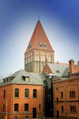 Ehem. Gefängnisgebäude - Backsteinarchitektur, Hansestadt Greifswald - Turm der gotischen Backsteinkirche St. Jacobi.