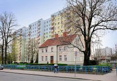 Hochhaus mit bunter Fassade und farbigen Balkons - historisches Gebäude der Gründerzeit; Fotos aus  Malbork / Marienburg, Polen.