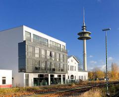 Alter Bahnhof, Bad Segeberg - stillgelegt und privat genutzt; historische Architektur + Neubau; alt und neu. Im Hintergrund der Funkturm Bad Segeberg.