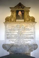 Erinnerungstafel der Rantzau-Kapelle in Bad Segeberg; errichtet Ende des 18. Jahrhunderts - das Gebäude ist ein Ehrenmal  zum Andenken an König Frederik II. von Dänemark.