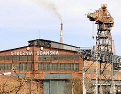 Werft Danzig / stocznia Gdańsk Spółka Akcyjna - ehemalige Leninwerft; Werftkran und qualmender Schornstein.