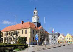 Marktplatz von Trzebiatow / Treptow an der Rega; historisches Rathaus, erbaut 1701 im Barockstil, Baustil des 18. Jahrhunderts.