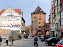 Restaurierte, neuaufgebaute Gebäude auf der Speicherinsel von Danzig - Stadttor zur Insel /  Milchkannentor, erbaut im 15. Jahrhundert.