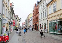 Geschäftsstrasse, Fussgängerzone mit Einzelhandelsgeschäften in der Hansestadt Greifswald - Lange Strasse.