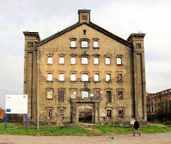 Verlassene Industriearchitektur - Industrieruine; leere Fensterhöhlen - Backsteinarchitektur in Danzig / Gdansk.