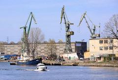 Hafenkräne im Danziger Hafen - Hafenkanal; Sportboot in Fahrt.