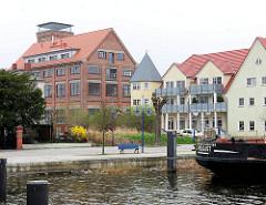 Blick über den Museumshafen von Wolgast - Neubauten und zum Wohnhaus umgebautes historisches Speichergebäude.