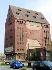 Altes leerstehendes Speichergebäude am Hafen von Greifswald - Backsteinfassade; historische Industriearchitektur; der 1902 erbaute Speicher wird abgerissen.
