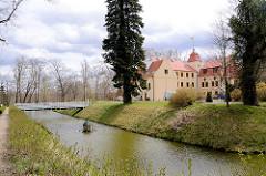 Schloss Krockow - Schlossgraben mit Brücke; erbaut Ende 14. Jahrhundert - Sitz der Familie von Krockow - jetzt eine Stiftung und Hotel.
